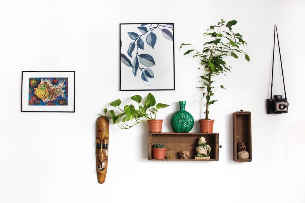 Open shelves for room decor